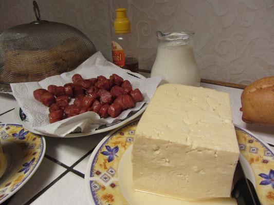 Käse und gebratene Würstchen.