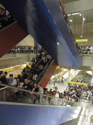 Tokioter Verhältnisse in Sampa. Die gesamte Bevölkerung der Metropole benutzt die Rolltreppen unserer Station.