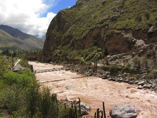 Wanderlustige überqueren die Brücke samt Gepäck um M.P. über den weltbekannten Inka-Pfad zu erreichen.