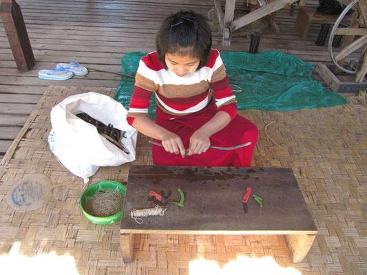 Herstellung von Lotusfasern. Da weitaus seltener als Seide, weitaus teurer.