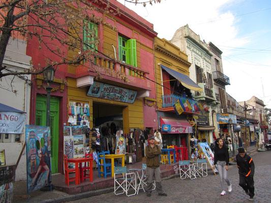 Die meisten wurden aus dem Blech abgewrackter Schiffe gebaut und mit Schiffslack bunt bemalt. Viele Künstler preisen ihre Werke auf den Gehsteigen der Straße El Caminito (Die kleine Straße) an.