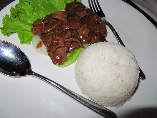 Rindfleisch Loc Lac mit Reis (kambodschianische Rindfleischspezialität mit Bratensoße).