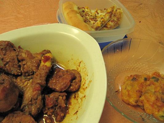 Mittagsresteverwertung bei einer CS-Bekanntschaft. Pizza, Chilli-Hühnchen und frittierte Gemüsepuffer.