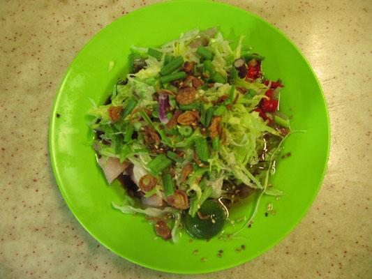 Roher Fisch mit Salat und Sojasoße-Sesamöl-Zitronendressing.