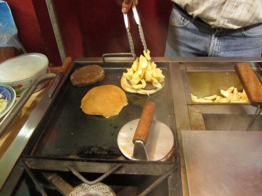 Unser Abendessen. Schnell, billig und sättigend. Die Pommes werden im Burger verkauft.