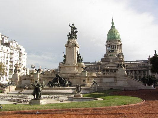 Die Avenida de Mayo (1,6km) verbindet das Casa Rosada mit dem Palacio del Congreso.