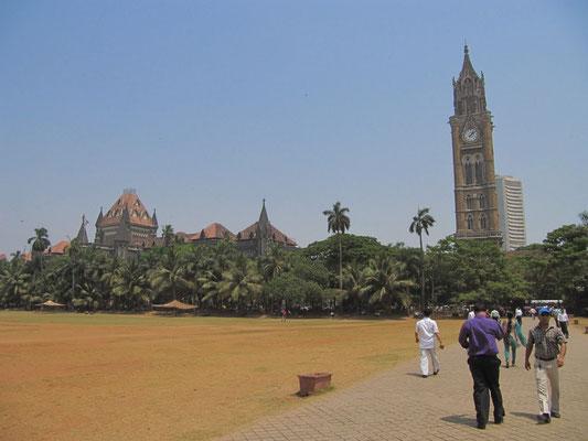 Der Oval Maidan mit dem Rajabai Clock Tower der University of Mumbai im Hintergrund.