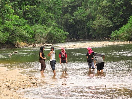Malayische Touristinnen beim Plantschen.