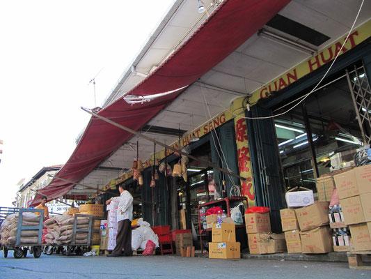 Chinesisches Lebensmittelgeschäft bei der täglichen Anlieferung.