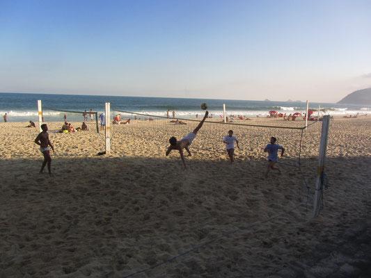 """Fußballartisten am Strand von Ipanema. Bekannt wurde das Viertel auch durch das Lied """"Garota de Ipanema"""" (The Girl from Ipanema) von Antônio Carlos Jobim."""