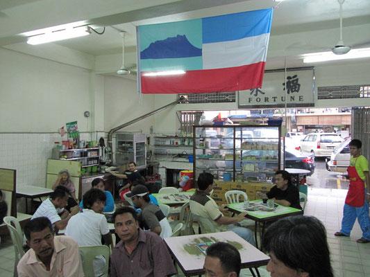 Die Sabbah-Flagge in einem chinesischen Restaurant.