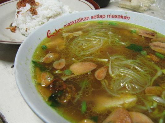 Soto Kudus - Ein äußerst kalorienreicher Leckerbissen. Aber diese Einheit von kräftiger Brühe mit dem feinen Aroma von frittierten Knoblauch und Zwiebeln, in der Nudeln, zusammen mit Hühnchen und selektiertem Gemüse planschen, ist göttlich.