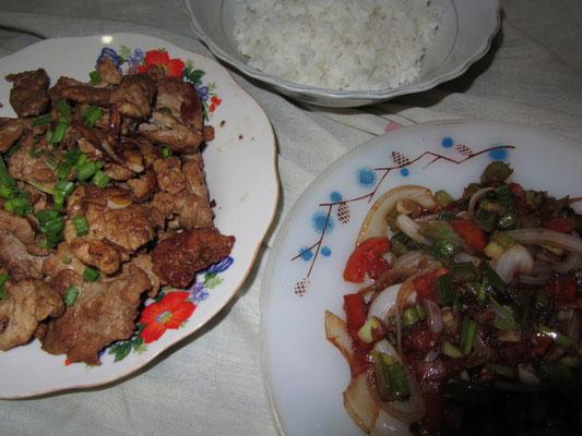Saftig gebratenes Hühnchen und scharf angebratenes Gemüse mit Reis.