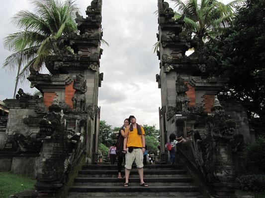 Vor dem Eingang zu Klein-Bali.