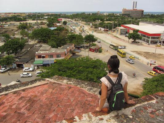 Nach dem Einfall des britischen Piraten Sir Francis Drake befestigten die Bewohner die Stadt durch einen 11 km langen Schutzwall und die riesige Wehranlage San Felipe.