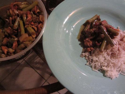 Bohnen und Fleisch gebraten, dazu Reis. Chihi hat gekocht.