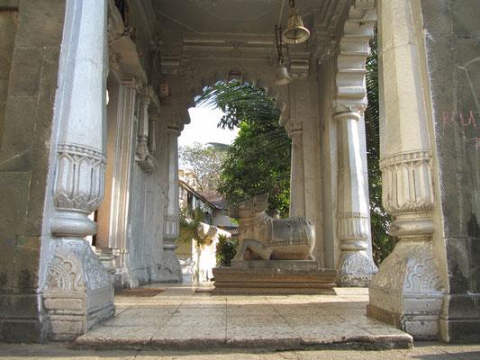 Stein-Nandi vor einen alten Tempel auf dem Malabar Hill.
