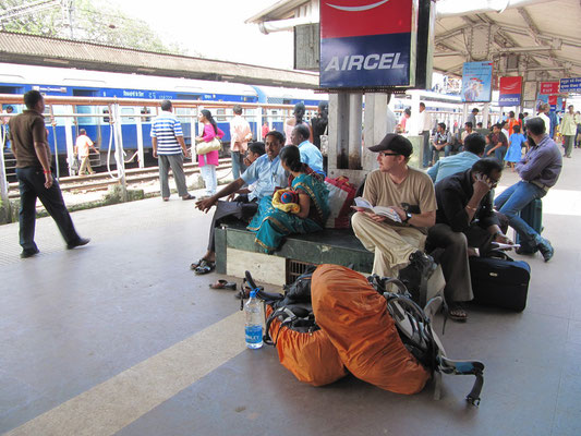 Warten auf den Zug nach Hyderabad.