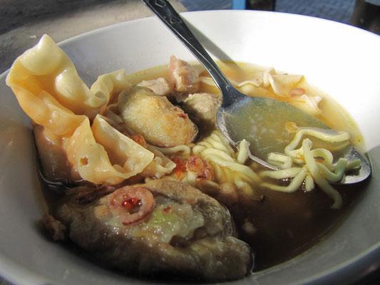 Sebastians Geburtstagsfrühstück: Bakso mit Nudeln und Frittiertem vom vorbeiradelnden Suppenverkäufer.