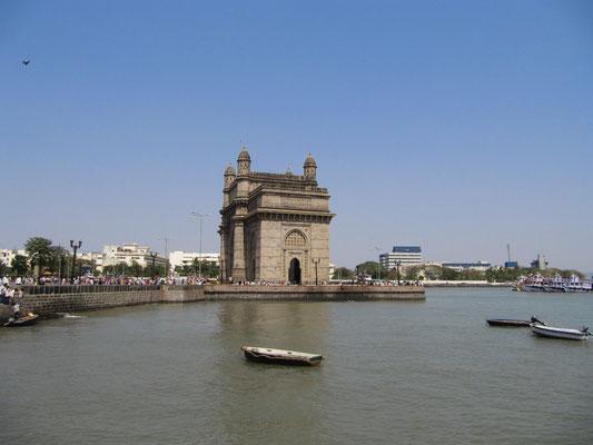 Das Gateway of India ist Mumbais Eiffelturm und wurde anlässlich der königlichen Visite von Henry V errichtet. Ironischerweise verließ hier 24 Jahre später das letzte britische Regiments mit einer Parade Indien.