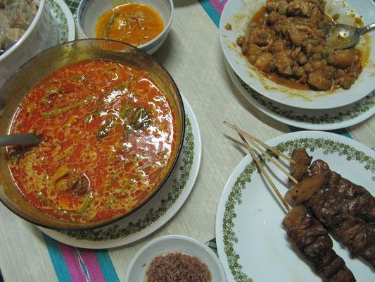 Nelsons Dinner (mit Hilfe der 2 angestellten Putz- und Kochkräfte hergestellt). Curry, Schweinefleischspieße und Gemüse.