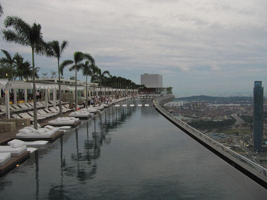 Der höchste Outdoor-Pool der Welt auf dem Dach des Marina Bay Sands (Skypark).