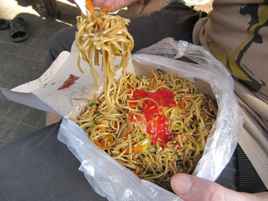 Chow Mein. Selbst beim Essen übt China Einfluß auf die jahrtausend alten Essgewohnheiten der Inder.