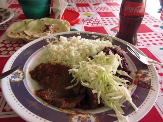 Klassisches Mittagessen auf dem Markt. Rindfleisch mit Soße, Bohnen, Weißkohl und Reis. Gut und sehr günstig. Dazu Tortillas und Cola.