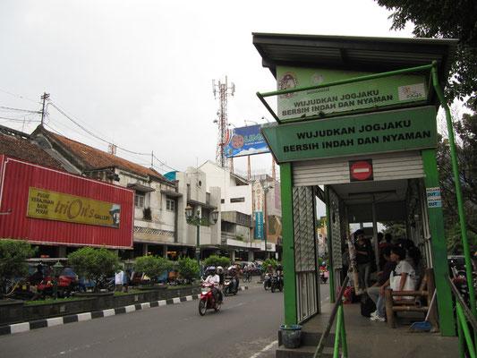 Eine der Trans-Jogja-Bushaltestellen. Wie in Jakarta eine Art U-Bahn ohen 'U' und statt Bahn eben Bus.