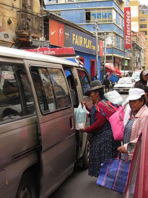Beliebtestes Transportmittel in La Paz sind Minibusse. Billiger als ein Taxi, aber schneller als der Bus.