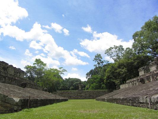 """Die Bewohner der Stadt legten den ersten Ballspielplatz bereits im fünften Jahrhundert nach Christus unter dem ersten König Copáns an. Er wurde mehrere Male überbaut; der heutige Platz stammt aus dem frühen achten Jahrhundert, der Zeit von """"18 Kaninchen""""."""