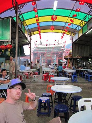 Foodcourt vor einem Tempel. (Bukit Mertajam)