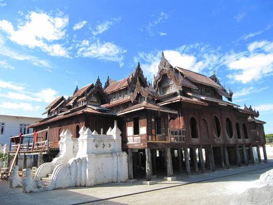 Ein Teakholzkloster vor den Toren Nyaung Shwes.