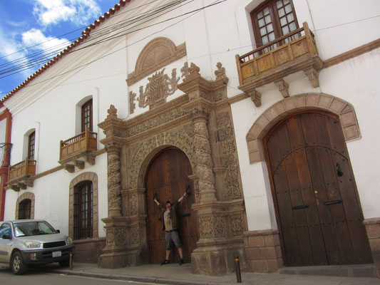 Potosi hat sehr viele beeindruckende Gebäude. Bei diesem ehemaligen Wohnhaus einer sehr reichen Familie sticht besonders das prächtig verzierte Eingangsportal hervor.