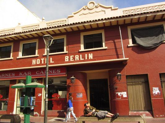 Sonnenbad vor dem Hotel Berlin.