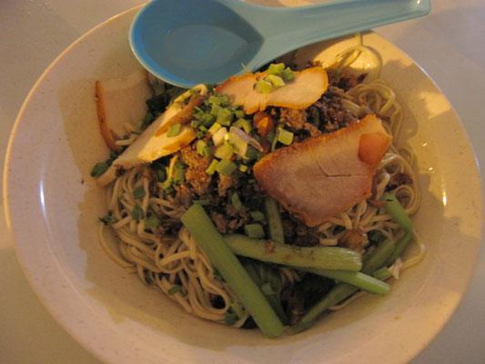 Kolo Mee. Hier im sttreng muslimischen Brunei wird ersatzweise Hühnchen statt Schweinefleisch verwendet. Schmeckt trotzdem hervorragend.