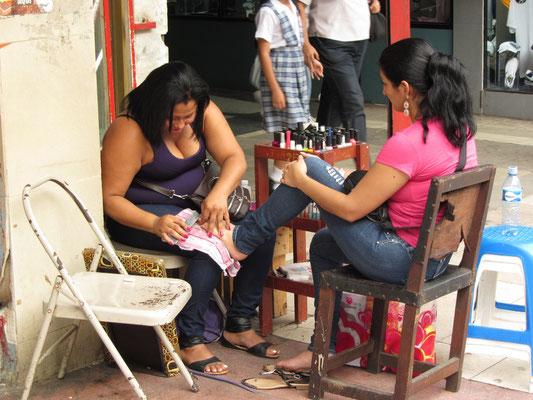 Warum den Beauty-Salon nicht auf die Straße verlegen? - Pedicure in the pedestrian street.