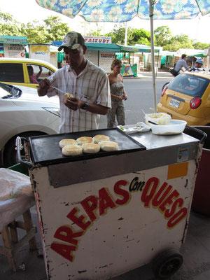 Arepas con Queso. Das Frühstück aus Maisbrot und Käse in Kolumbien.