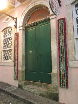 Wandteppiche schmücken viele Türen in Bahia.