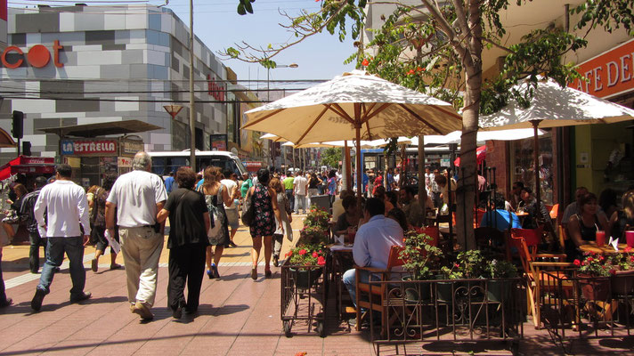 Es gibt viele Restaurants auf dem Paseo Prat. Leider sind diese für unser Budget nicht geeignet.
