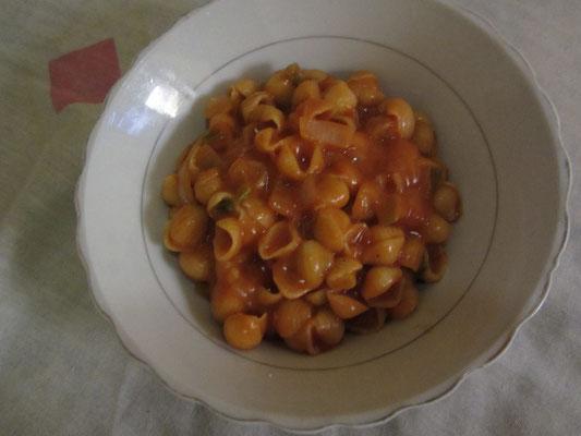 Muschelnudeln mit selbstgemachter Tomatensoße.
