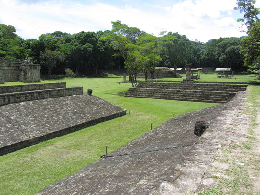 Auch diese Anlage weist auf einen zentralen Mythos der Maya hin, nämlich den Ursprung des Ballspiels. Auf dem nördlichen Markierstein sind die beiden Brüder Junajpu und Xb'alanke zu sehen, die mythischen ersten Ballspieler.