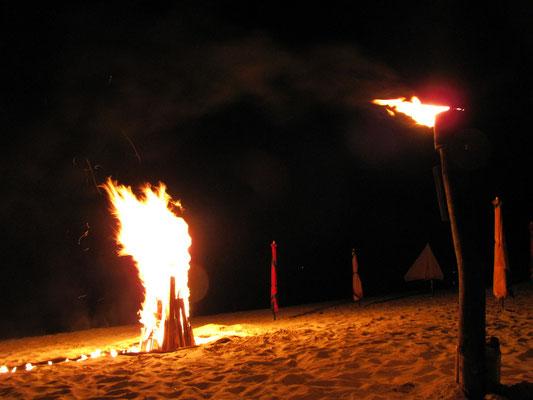 Feuerspiele am Long Beach, dem Strand auf der anderen Seite der Insel.