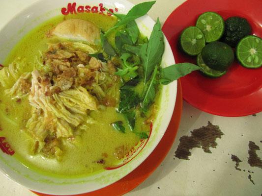 Chinesisch-malaysisches Laksa. Der Evergreen unter allen Kokusnuß-Suppen. Lecker mit frischen Kräutern und Limonensaft.