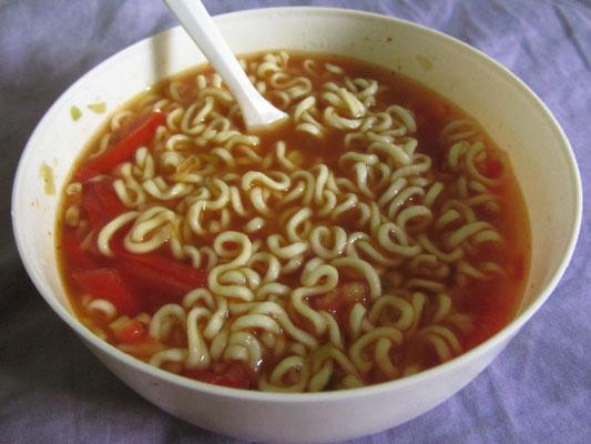 Fertignudelsuppe mit frischen Tomaten.