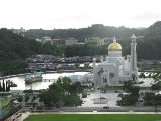 Blick auf die Omar-Ali-Saifuddin-Moschee.