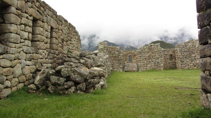 In den Ruinen.