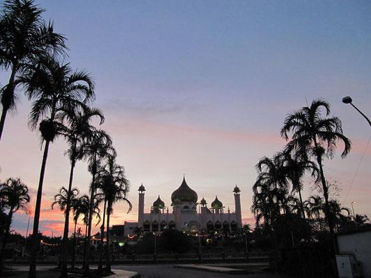 Die Masjid Negara bei Sonnenuntergang.