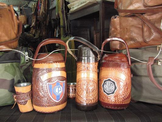 Tererébecher- und Thermokannen. Tereré ist ein, besonders in Paraguay, beliebtes traditionelles Getränk. Es handelt sich um einen Tee aus Mate aufgegossen mit Eiswasser.