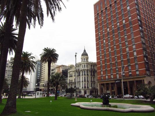 Plaza Independencia mit angrenzenden Gebäuden im Herzen der Hauptstadt.